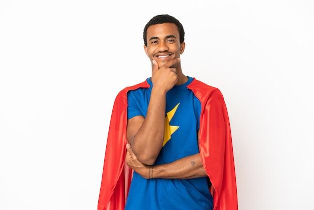 Homme de super héros afro-américain sur fond blanc isolé souriant
