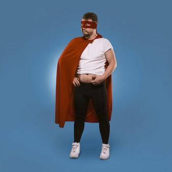 L'homme super héros a ajouté du poids pendant l'hiver.