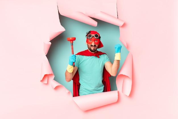 Homme de super-héros fou. concept d'entretien ménager