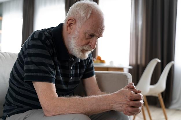 Homme supérieur confronté à la maladie d'alzheimer
