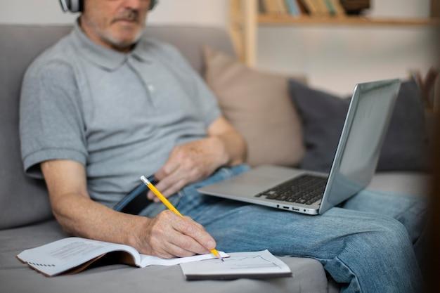 Homme supérieur faisant des cours en ligne sur un ordinateur portable