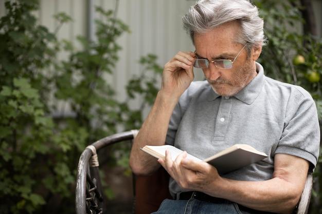 Homme supérieur lisant sa leçon pour l'école