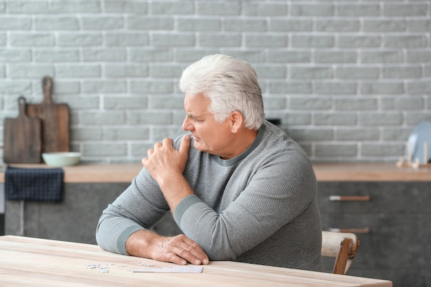 Homme supérieur souffrant du syndrome de parkinson à la maison