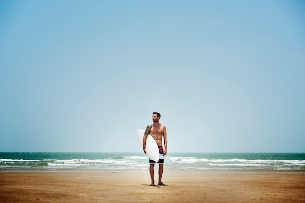 Homme surfant sur le concept de plage