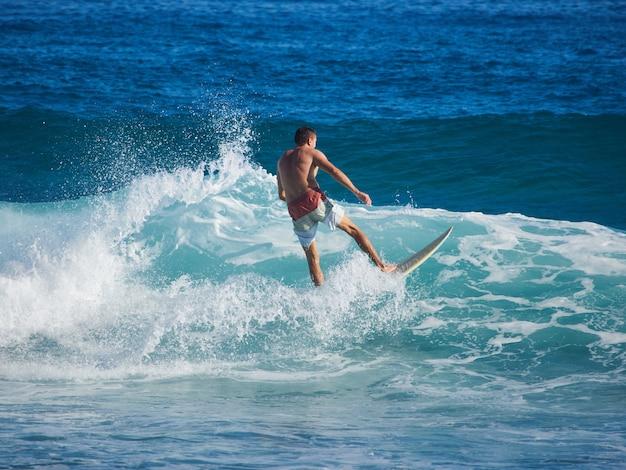 Homme surfant sur la vague dans l'océan atlantique.