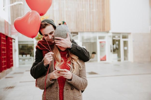 Homme surprenant copine avec des ballons
