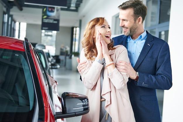 Homme surprenant femme avec nouvelle voiture