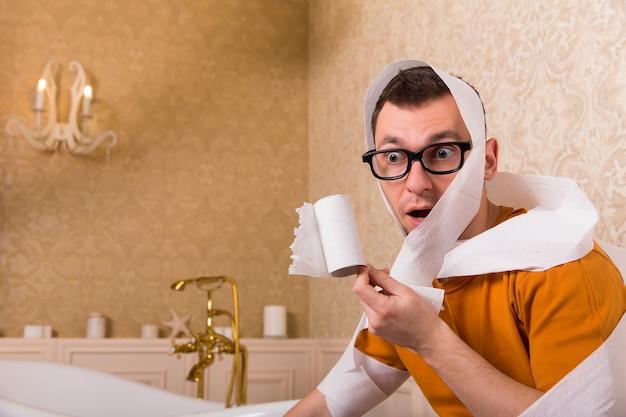 Homme surpris dans des verres assis sur la cuvette des toilettes