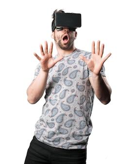 Homme surpris avec des lunettes de réalité virtuelle
