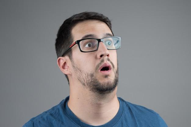 Homme surpris en regardant quelque chose avec attention