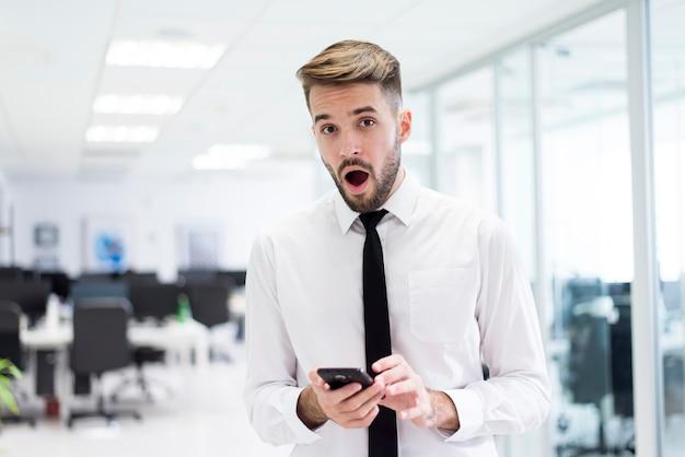 Homme surpris avec un téléphone dans ses mains
