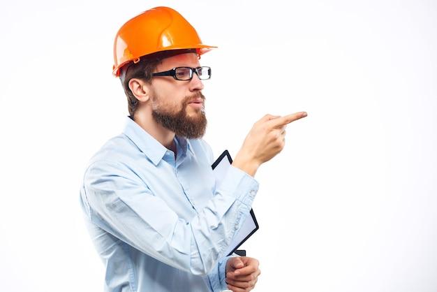 Un homme surpris travaille dans le geste de la main du studio de l'industrie de la construction