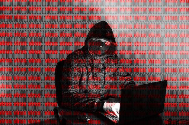 L'homme en sweat à capuche pirate des données personnelles. sécurité des informations. concept de virus virtuel. protection des informations. mauvais mot de passe.