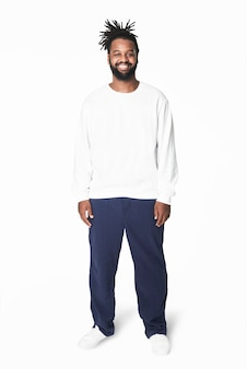 Homme en sweat-shirt blanc pantalon bleu plus la mode de la taille