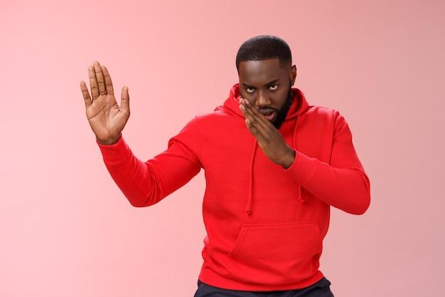 Homme avec un sweat-shirt rouge sur rose