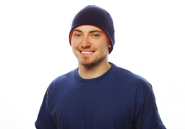Homme en t-shirt bleu et chapeau bleu.