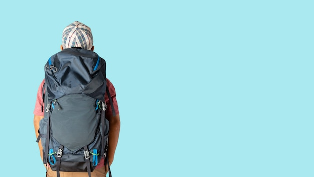 Homme en t-shirt décontracté et casquette avec routard prêt à voyager