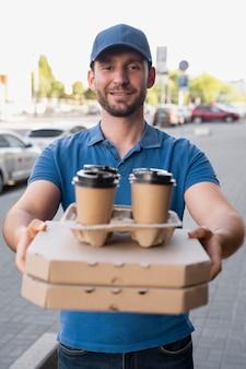 Homme en t-shirt livrant des plats à emporter
