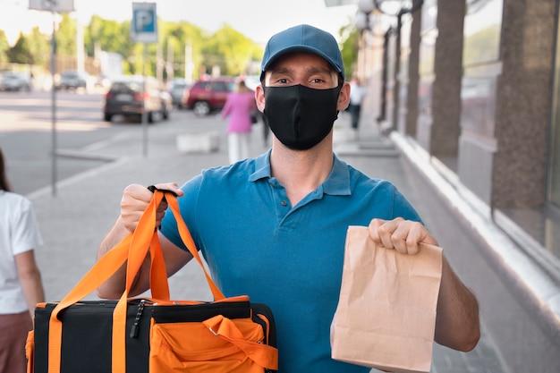 Homme En T-shirt Livrant Des Plats à Emporter Photo gratuit