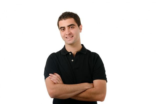 Homme avec t-shirt noir et les bras croisés