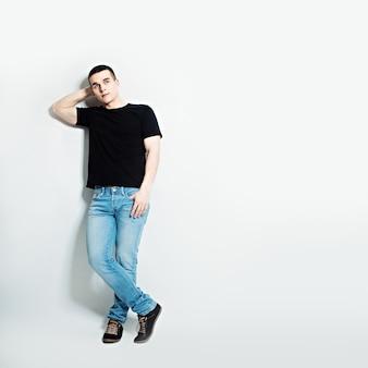 Homme en t-shirt noir rêvant sur fond