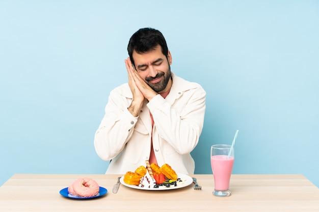 Homme, table, avoir, petit déjeuner, gaufres, milkshake, faire, sommeil, geste, dorable, expression