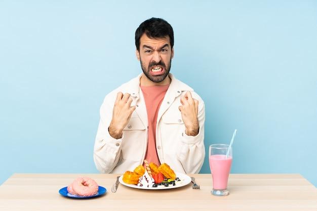 Homme, table, avoir, petit déjeuner, gaufres, milkshake, frustré, mauvais, situation