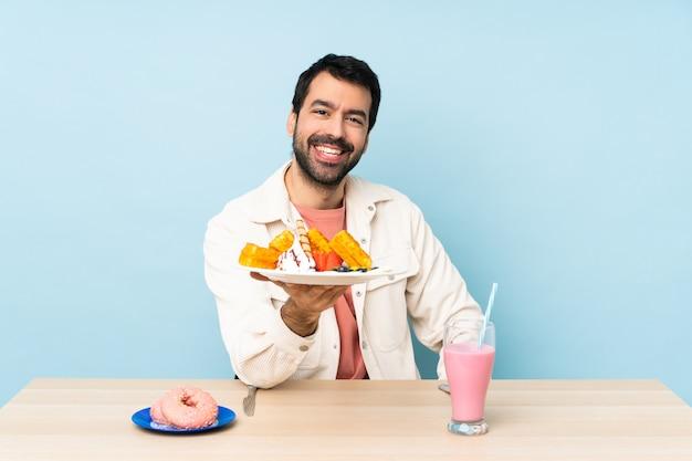 Homme, table, avoir, petit déjeuner, gaufres, milkshake