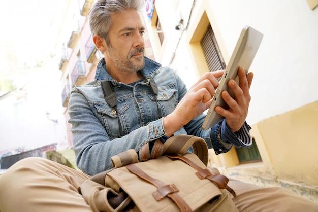 Homme avec une tablette dans la rue
