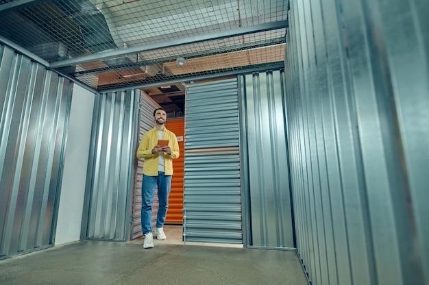 Homme avec tablette entrant dans la boîte de garage