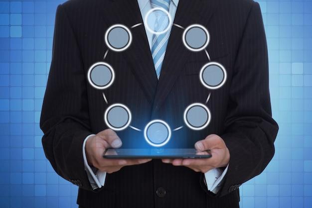 Homme avec une tablette holographique
