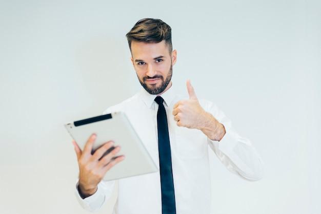 Homme avec une tablette et pouces vers le haut