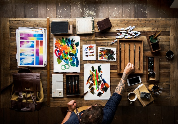 Homme, tatouage, mains, peinture