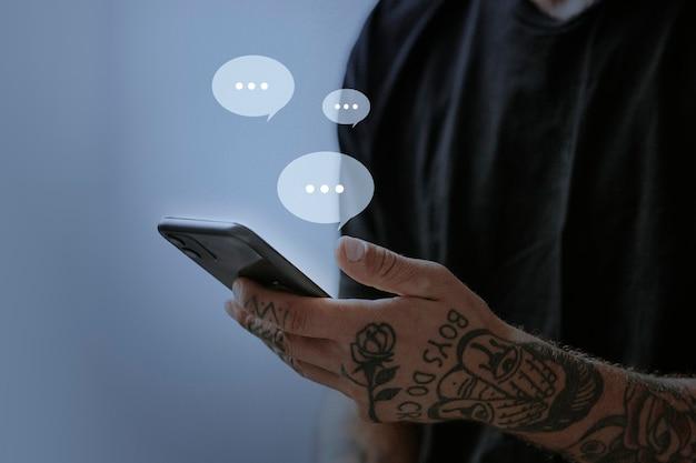 Homme tatoué envoyant des sms pour un remix de médias sociaux