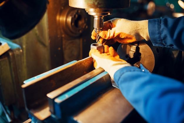 Homme technicien travaille sur tour, usine