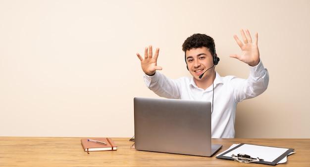 Homme de télémarketing comptant dix avec les doigts