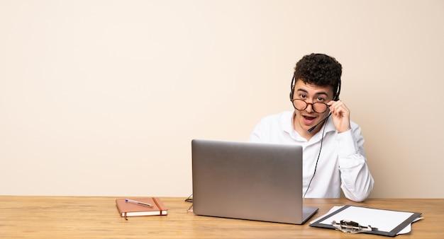 Homme de télémarketing avec des lunettes et surpris
