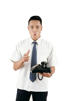 Homme avec téléphone rétro