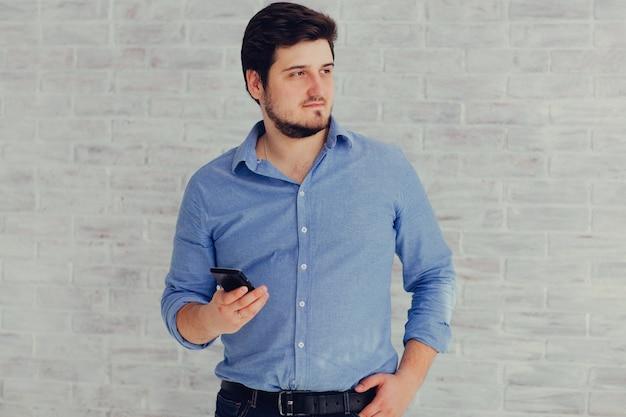 Homme et téléphone en studio