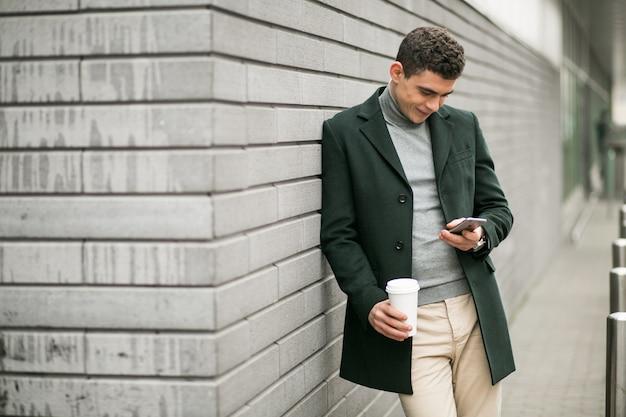 Homme avec un téléphone en veste
