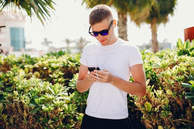 Homme avec téléphone