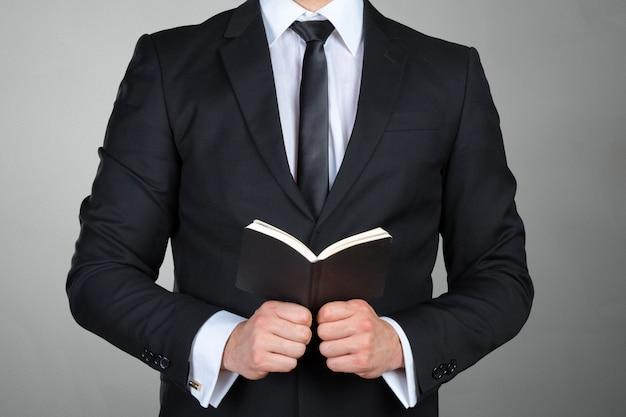 Un homme tenant un agenda