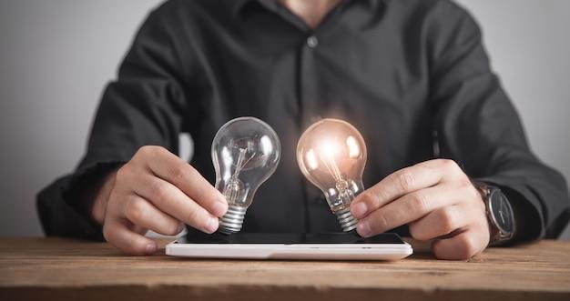Homme tenant des ampoules. concept d'inspiration et de créativité