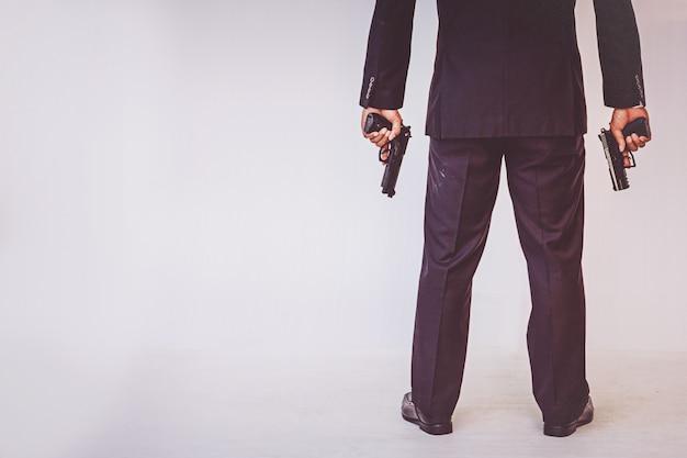 Homme tenant une arme à feu