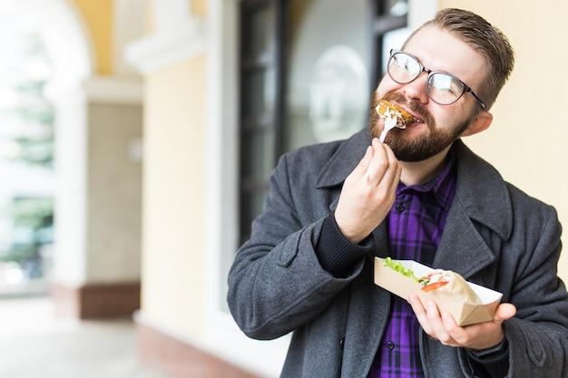 Homme tenant une assiette unique avec un délicieux falafel de cuisine juive traditionnelle à base de pois chiches au festival de la cuisine de rue.