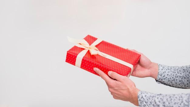 Homme tenant une boîte cadeau dans un emballage