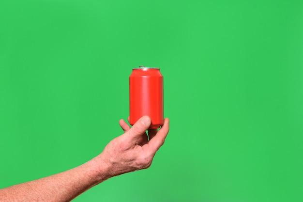 Homme tenant une boîte sur fond vert