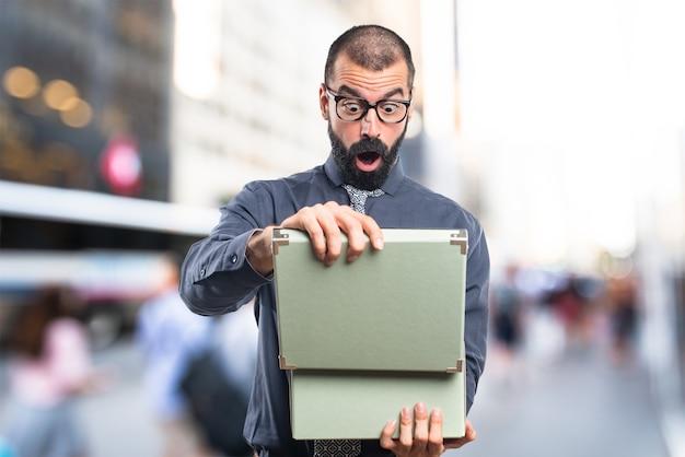 Homme tenant une boîte