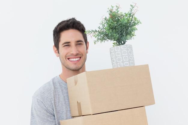 Homme tenant des boîtes parce qu'il bouge