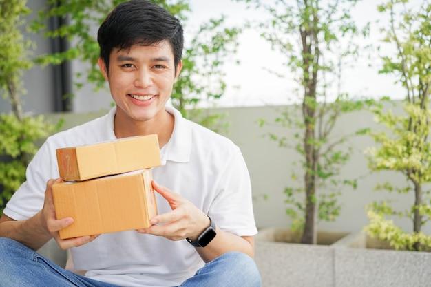 Homme tenant des boîtes pour la livraison à domicile
